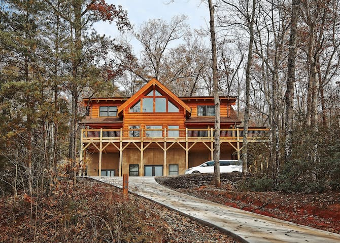 NEW to AirBnB! Bearly A View is a brand new cabin in the Lake Lure ~ hot tub