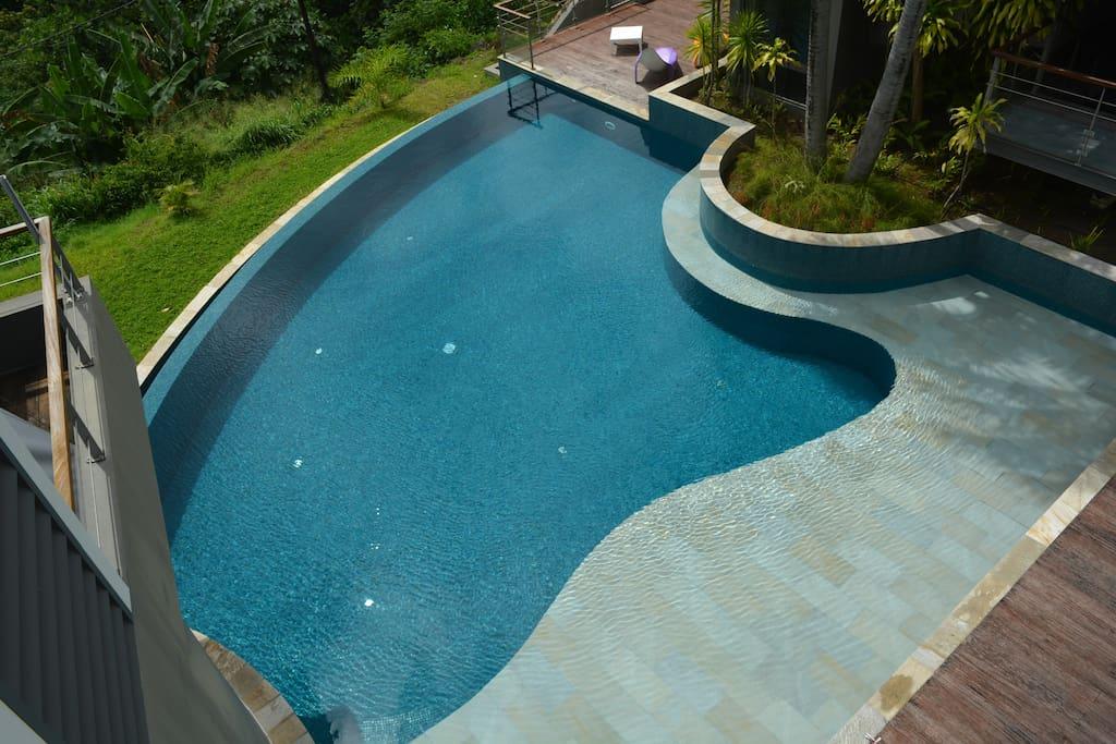 Grande piscine à débordement