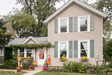 Darling Vine Covered Cottage 3 Blocks to Train - West Chicago - Rumah