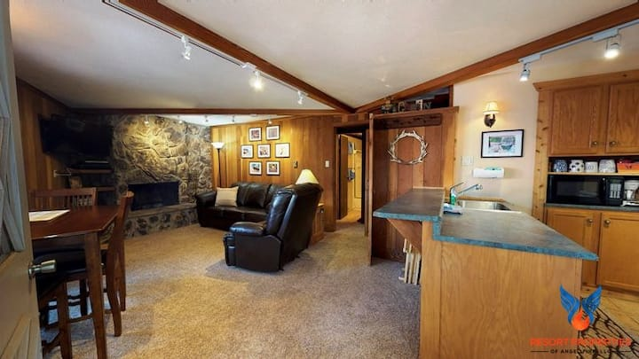 Close to Slopes and Ski Shuttle; Wood Burning Fireplace! Redwood Commons A18