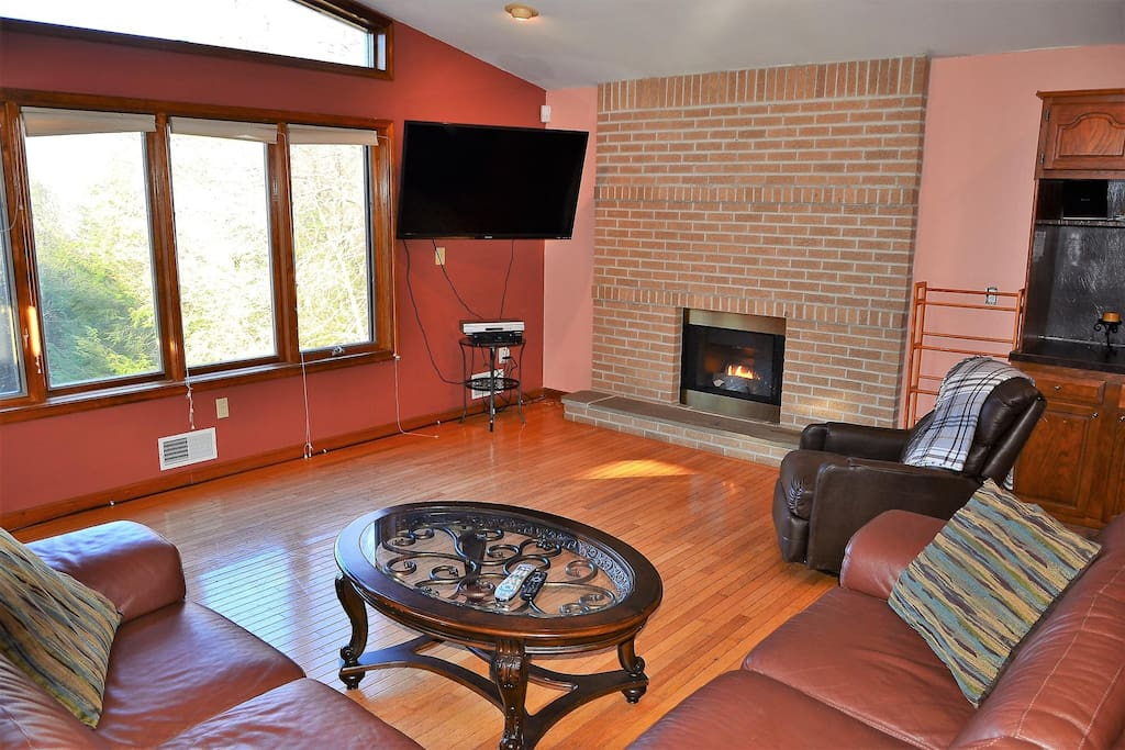 Main level living Room with Smart TV/Cable, gas fireplace.