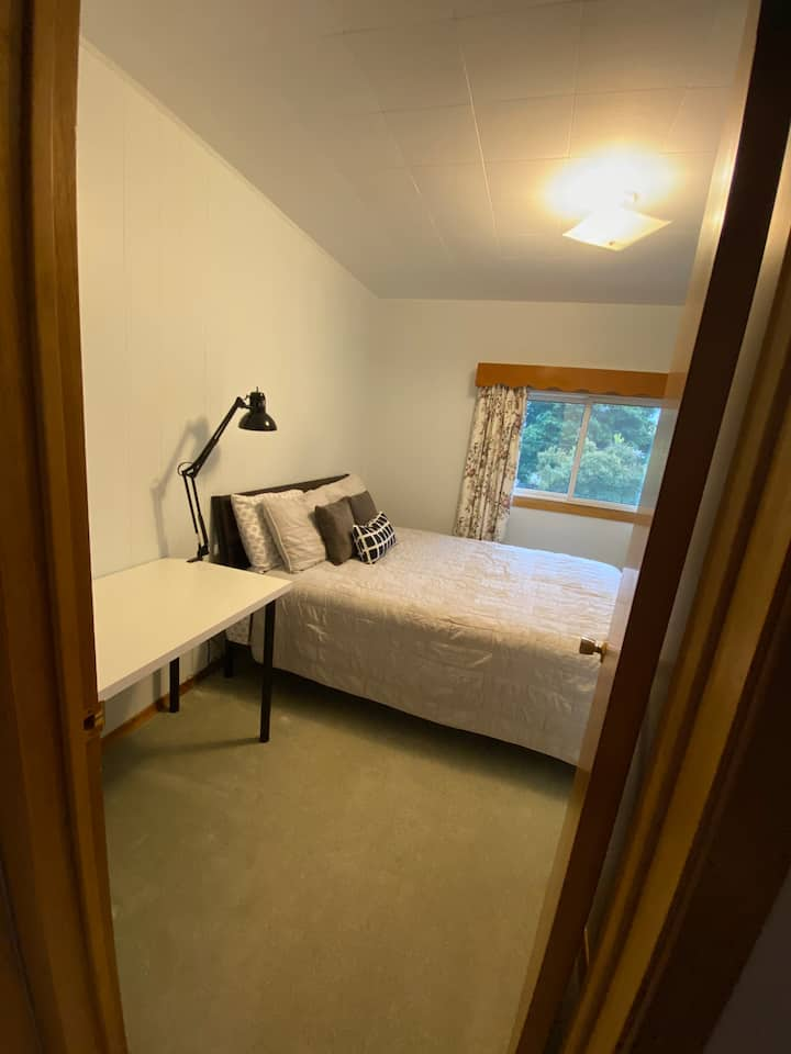 Clean and Private Bedroom For a Couples or Females