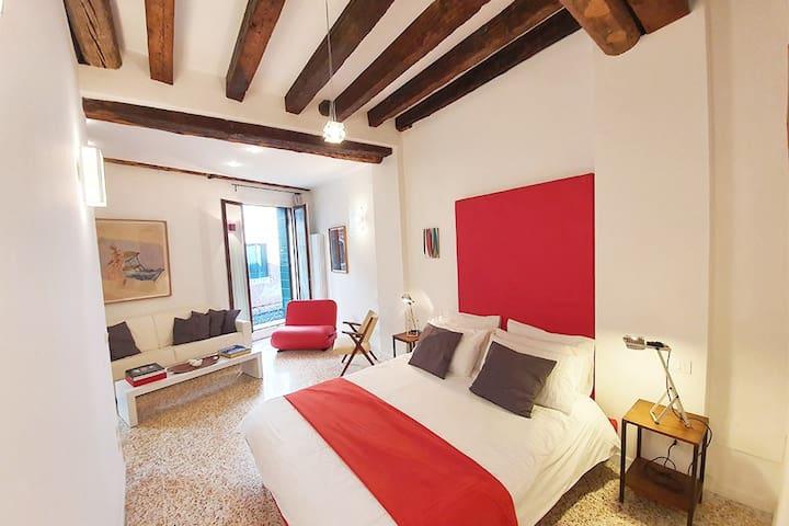 """Very lighty bedroom in a very venetian decor (wooden beams and """"terrazzo"""" floor)"""