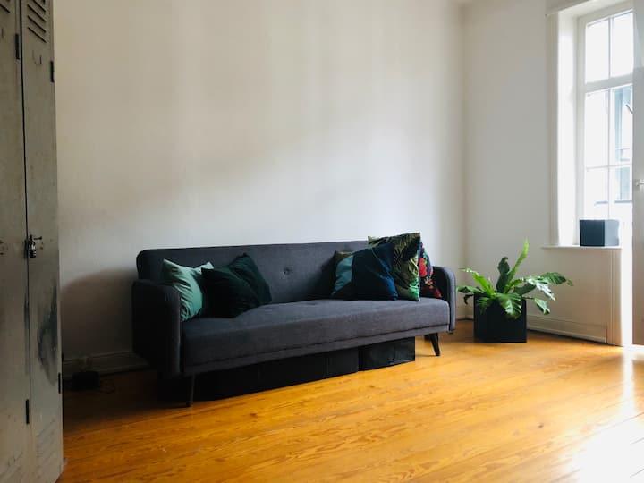 Tolles Zimmer mit Balkon in schicker Altbauwohnung