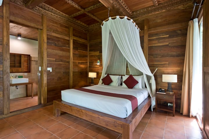 Spacious Bedroom overlooking to Valley