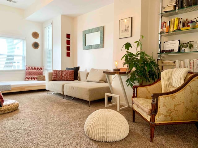 Bright & Airy Rowhome-Free Pkg-Walk to shops on H