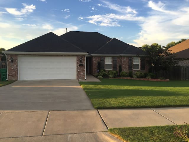 Stunning Split Floor Plan close to I-49 w 2CG - Springdale - House