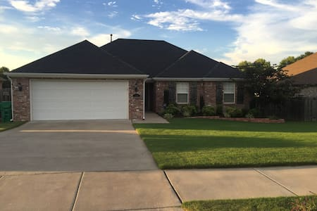 Stunning Split Floor Plan close to I-49 w 2CG - Springdale - Haus