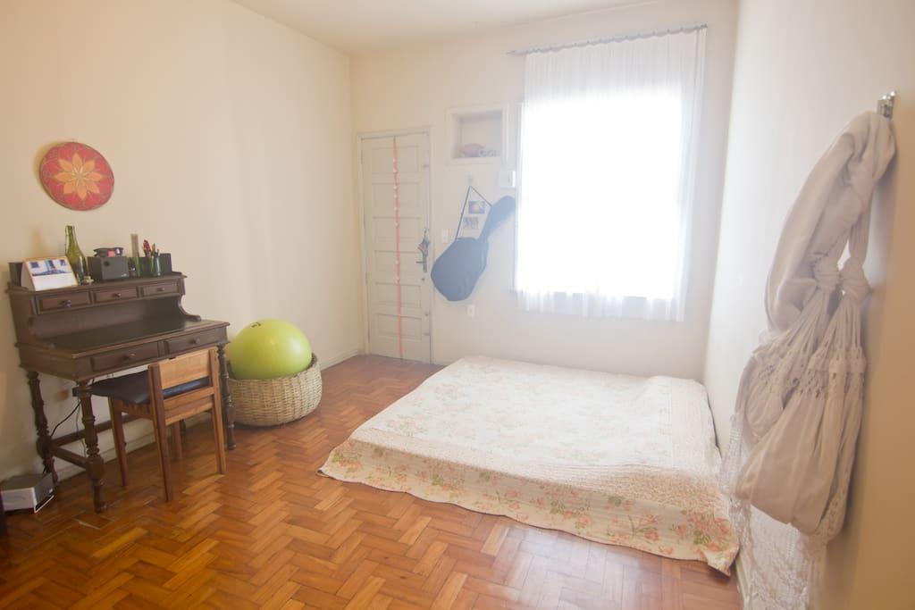 Quarto grande e confortável. Podemos arrumar as camas para solteiros ou casal. vista da porta da sala.