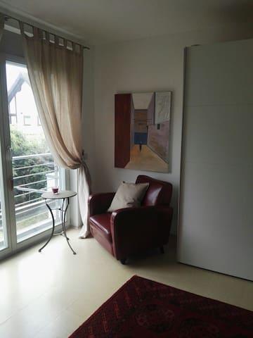 1 Schlafzimmer mit Arbeitsplatz im priv. Gästehaus