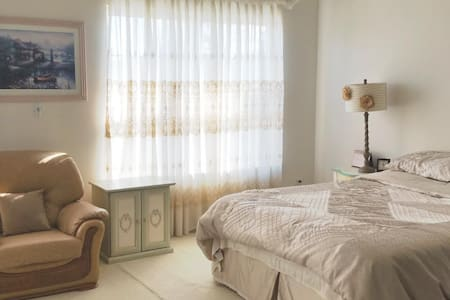 Sweet spacious room with private bathroom - Huis