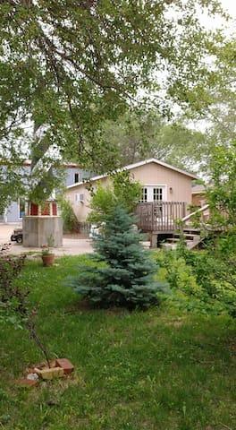 Honeysuckle Lodge-Peaceful hunters cabin w/kitchen