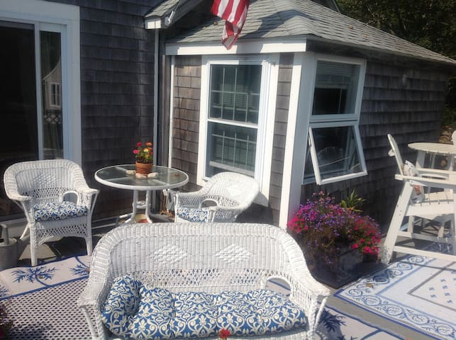 Charming Cottage with Ocean View - Little Compton - Bungalow