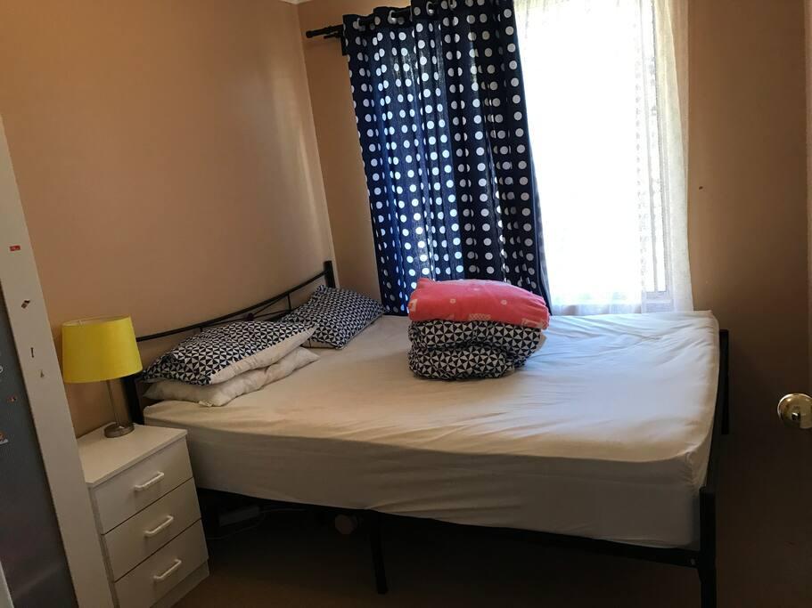 特大queen sizes 床,配有双门衣柜和床头柜和台灯!