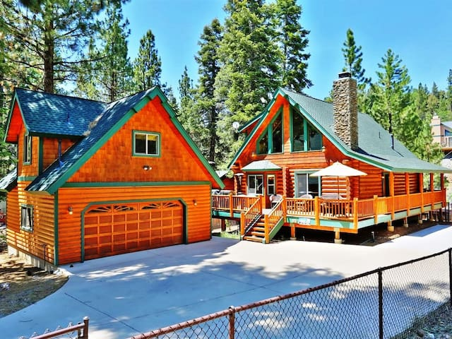 Canyon Retreat-Log home with Outdoor Spa & Pool Table!