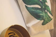 【重庆宿说】软到你心里的小窝~解放碑_洪崖洞对岸,最美景区南滨路长江索道旁,大落地窗北欧绿植风大床房