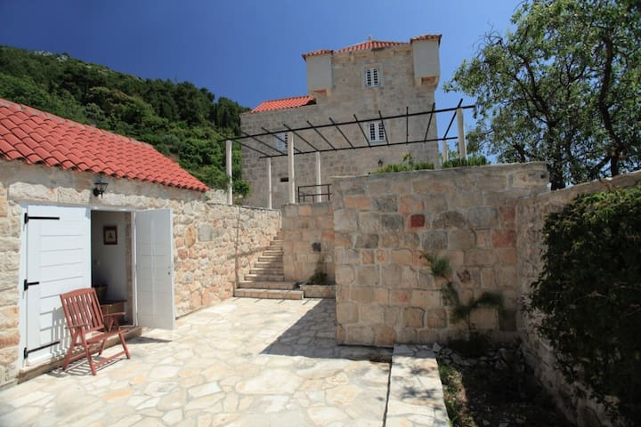 Converted stables to a XVI century castle - Korčula - House