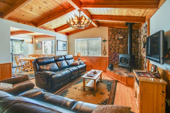 Cozy home w/ lake views from deck - walking distance to beach!