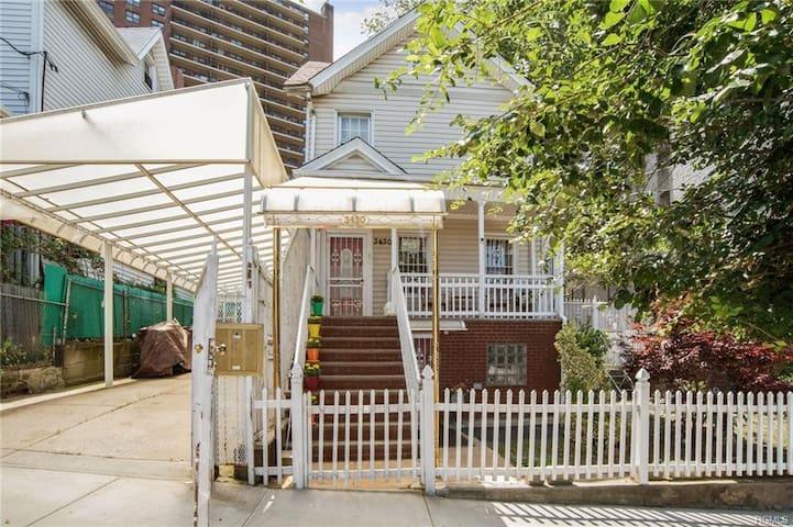 1 bedroom House W/ Priv. Backyard & Front Porch.