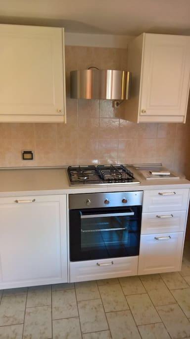 Nuova cucina con forno, cappa e lavastoviglie