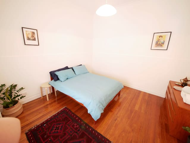 Stylish, simple, convenient: large room in Fitzroy
