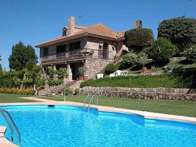 CASA DE CAMPO en 7000m2 de jardín con piscina