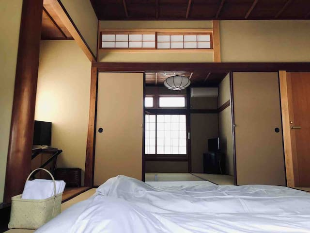 1 of 2 adjoining bedrooms (BR-3) on the 2nd floor  separated by traditional Japanese paper shoji-screen doors each with two Japanese Futon mattresses.  There is a 1/2 bath in the hallway outside the two bedrooms.  お二階のお部屋。お隣の部屋と襖でつながっています。