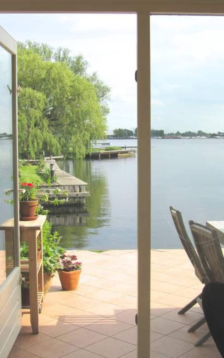 Comfortable lakeside apartment near Amsterdam