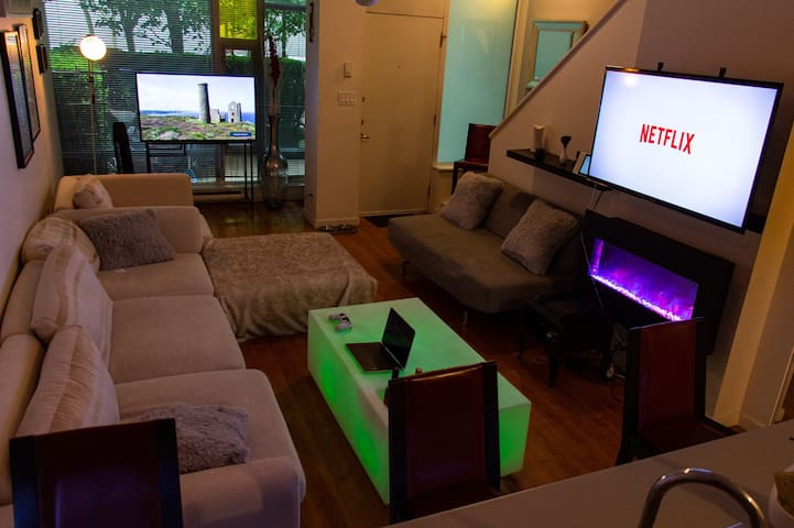 High End 3Level 2BDR Condo+Roof top Patio Downtown