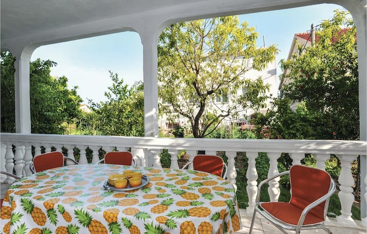 Awesome home in Kastel Stari with WiFi and 2 Bedrooms