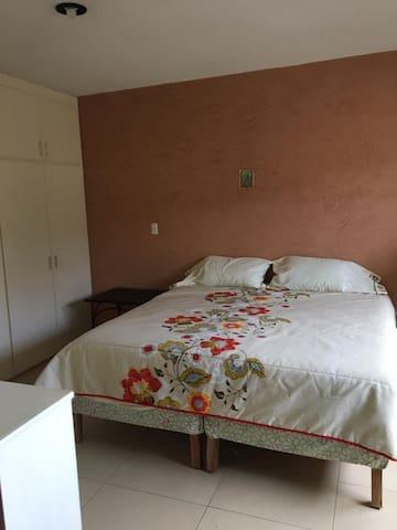 Recámara principal con cama King Size y baño completo