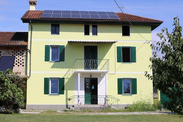Lato esposto a sud del corpo principale della villa, con alla sinistra parte del corpo più piccolo. Si nota sul tetto l'insieme dei pannelli fotovoltaici per la produzione di energia elettrica, sufficiente di giorno all'intero fabbisogno della casa