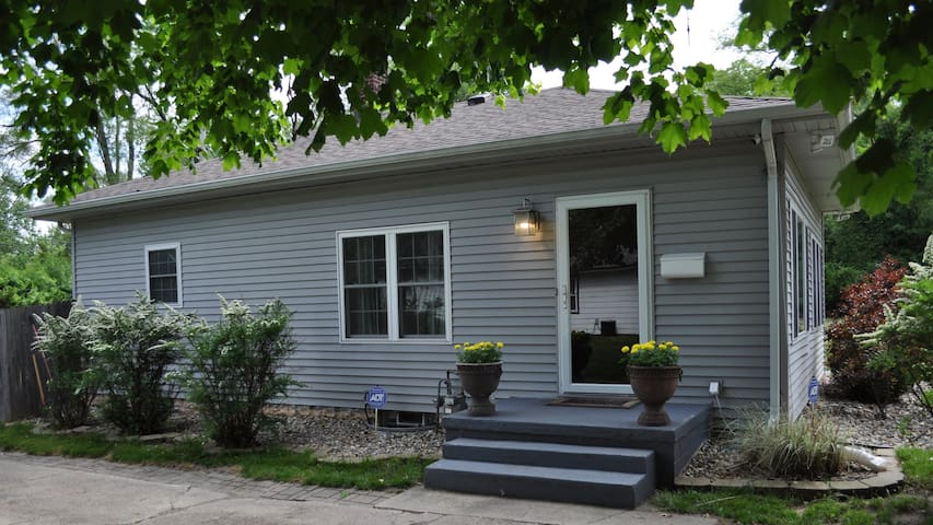 Cozy, Clean, Easy! Close to Notre Dame!