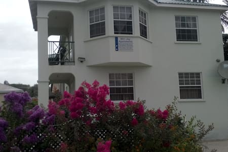 Bright & Breezy 2 BD Apartment - Ground Floor - Colleton - Lejlighed