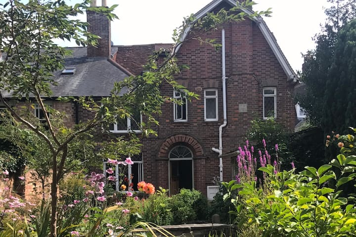 Fabulous gem in the heart of Marlborough, sleeps 6