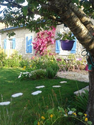 Maison avec jardin et piscine dans quartier calme