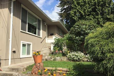 Home at the Edge of Lynn Canyon - North Vancouver - Talo