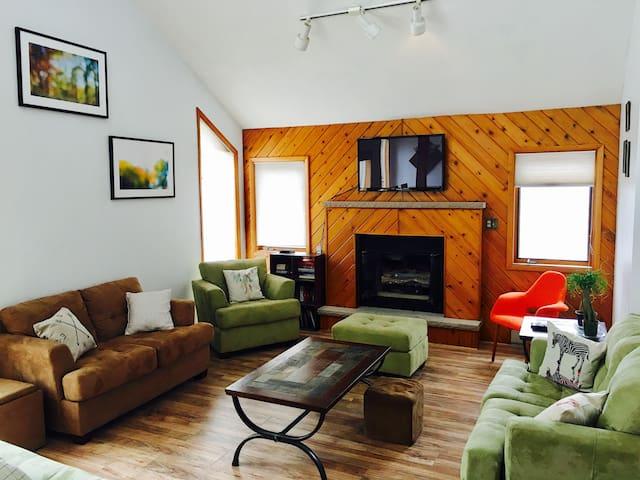 Massive 5bd 4000sqf Pocono mountain House in woods - Bushkill - Rumah