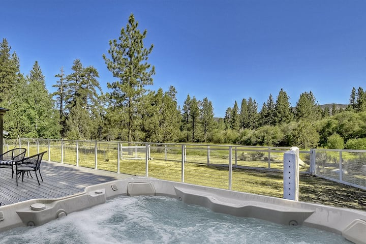 Meadow's Edge: Eagle Point Cabin Backing to 7 Acres of Preserve! Spa! Walk to Lake & Shuttles!