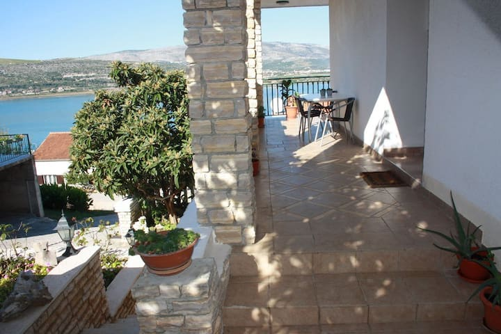 Holiday flat for 4+2 near Trogir - Trogir - Apartamento