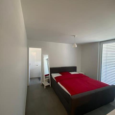 Chambres neuves meublées, salle de bain intégrée
