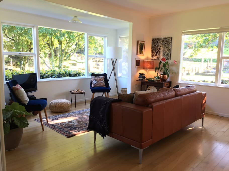 Stylish and sun filled two bedroom house houses for rent for Bedroom furniture auckland