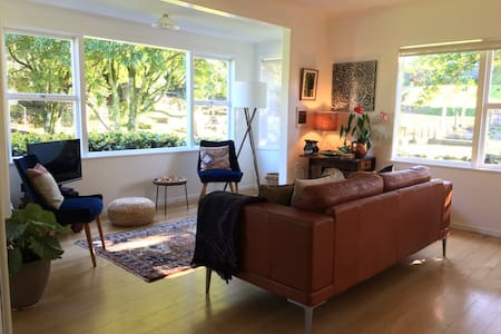 Stylish and Sun-filled Two Bedroom House - Auckland