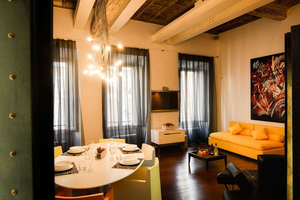 Brand new furniture and recently renovated apartment in heart of Rome - Trevi fountain just 30 seconds away! TV with Netflix, comfortably sleeps 5 adults - lots of extra towels, pillows, blankets. Washer + drier. Fast Wifi!