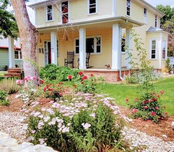 Spacious  Farmhouse in Historic Old Town Lafayette - Lafayette - Casa
