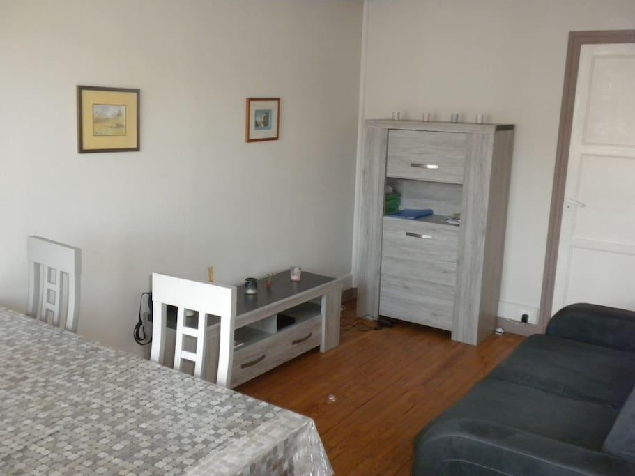 Le séjour: simple mais avec tout ce qu'il faut et des meubles tous neufs