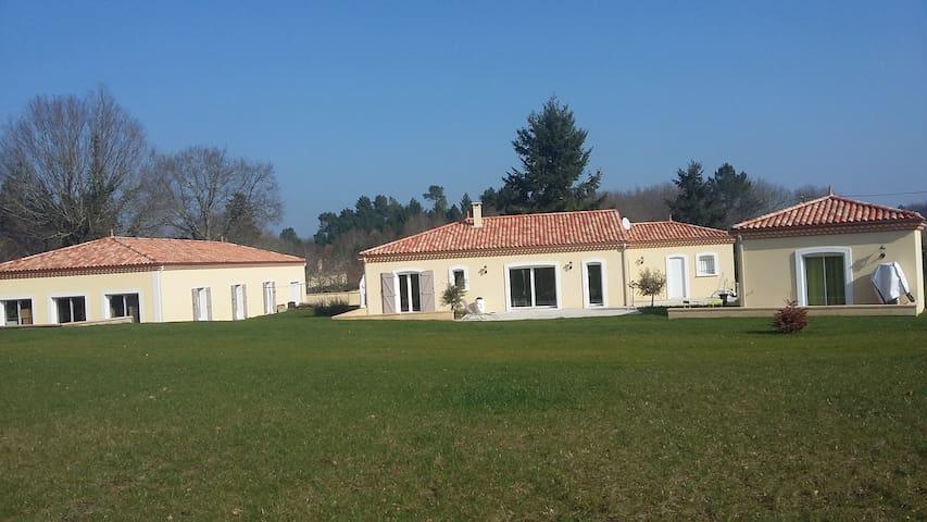 Villa neuve . Dordogne avec studio indépendant