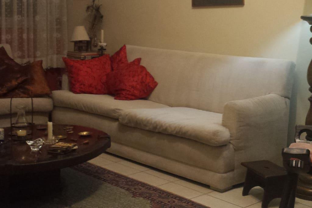 Sala de estar: espaço compartilhado com sofá, tv a cabo e wi-fi.