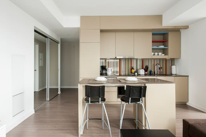 Furnished Condo w/Balcony Very Close To CN Tower!!