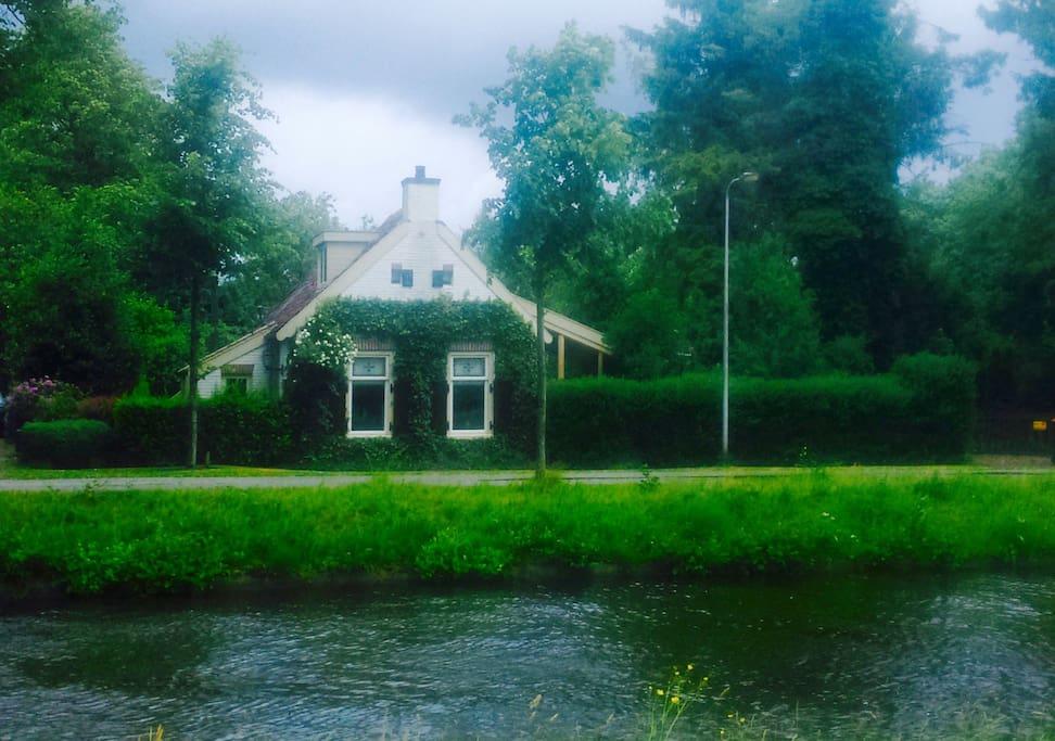 Het hoofdhuis,type boerderijtje,104 jaar oud,totaal gerestaureerd.
